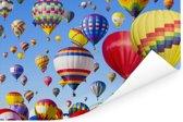 Hete luchtballons die in een blauwe hemel zweven Poster 30x20 cm - klein - Foto print op Poster (wanddecoratie woonkamer / slaapkamer)