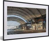 Foto in lijst - Het station van de Nederlandse stad Haarlem fotolijst zwart met witte passe-partout 60x40 cm - Poster in lijst (Wanddecoratie woonkamer / slaapkamer)