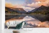 Fotobehang vinyl - Weerspiegeling van het nationaal park Snowdonia breedte 385 cm x hoogte 240 cm - Foto print op behang (in 7 formaten beschikbaar)