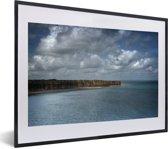 Foto in lijst - De klif van Pointe Du Hoc bij Normandië in Frankrijk fotolijst zwart met witte passe-partout klein 40x30 cm - Poster in lijst (Wanddecoratie woonkamer / slaapkamer)