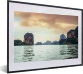 Foto in lijst - Uitzicht op de rotsen in het Nationaal Park Ao Phang Nga in Thailand fotolijst zwart met witte passe-partout klein 40x30 cm - Poster in lijst (Wanddecoratie woonkamer / slaapkamer)