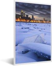 Foto in lijst - Een bevroren rivier voor de verlichte huizen van Dnipro in Oost-Europa fotolijst wit 40x60 cm - Poster in lijst (Wanddecoratie woonkamer / slaapkamer)