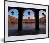 Foto in lijst - Het Spaanse Plaza Mayor tijdens een ochtend fotolijst zwart met witte passe-partout klein 40x30 cm - Poster in lijst (Wanddecoratie woonkamer / slaapkamer)
