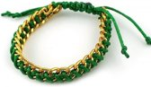 Groene armband met goudkleurige ketting er doorheen.