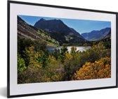 Foto in lijst - Meertje in het berglandschap van het Nationaal park Sierra Nevada in de VS fotolijst zwart met witte passe-partout 60x40 cm - Poster in lijst (Wanddecoratie woonkamer / slaapkamer)