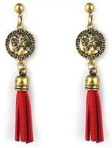 Goud metalen steek oorbellen met een goud muntje en rode sliertjes.