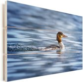 Grote zaagbek zwemt rustig door het water Vurenhout met planken 120x80 cm - Foto print op Hout (Wanddecoratie)
