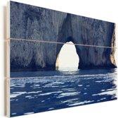 Natuurlijke boog in een rotsvorming in de zee van Capri Vurenhout met planken 120x80 cm - Foto print op Hout (Wanddecoratie)
