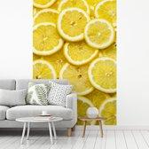 Fotobehang vinyl - Verse citroenplakken op een stapel met mooie gele kleuren breedte 335 cm x hoogte 500 cm - Foto print op behang (in 7 formaten beschikbaar)