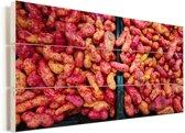 Fel gekleurde oca op een hoopje Vurenhout met planken 40x20 cm - Foto print op Hout (Wanddecoratie)