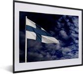 Foto in lijst - Vlag van Finland in de donkere wolken fotolijst zwart met witte passe-partout 50x40 cm - Poster in lijst (Wanddecoratie woonkamer / slaapkamer)