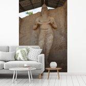 Fotobehang vinyl - Standbeeld koning Parakramabahu in Polonnaruwa Sri Lanka breedte 180 cm x hoogte 270 cm - Foto print op behang (in 7 formaten beschikbaar)
