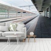 Fotobehang vinyl - Leeg spoorwegstation in de Chinese stad Nanchong breedte 535 cm x hoogte 400 cm - Foto print op behang (in 7 formaten beschikbaar)