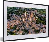 Foto in lijst - Zonsopgang over de Toscaanse ommuurde stad in Italië fotolijst zwart met witte passe-partout 60x40 cm - Poster in lijst (Wanddecoratie woonkamer / slaapkamer)