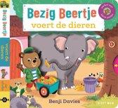Boek cover Bezig Beertje voert de dieren. 1+ van Benji Davies