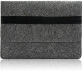 Laptop Vilten Soft Sleeve Envelop Zwarte Band | Geschikt voor Macbook tot 13,3 inch | Laptop en iPad Hoes | Macbook bescherming case | Cadeau voor man & vrouw | Donkergrijs