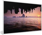 Foto in lijst - Uitzicht over het water met een roze hemel bij het Nationaal Park Ao Phang Nga fotolijst wit 60x40 cm - Poster in lijst (Wanddecoratie woonkamer / slaapkamer)