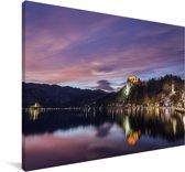 Weerspiegeling en verlicht meer van Bled in Slovenië Canvas 180x120 cm - Foto print op Canvas schilderij (Wanddecoratie woonkamer / slaapkamer) XXL / Groot formaat!
