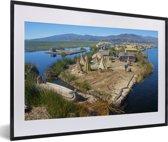 Foto in lijst - Huisjes op de Uroseilanden in Peru fotolijst zwart met witte passe-partout 60x40 cm - Poster in lijst (Wanddecoratie woonkamer / slaapkamer)