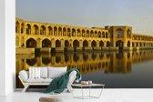 Fotobehang vinyl - De gele Khaju Bridge in Azië met weerkaatsing in het water breedte 375 cm x hoogte 240 cm - Foto print op behang (in 7 formaten beschikbaar)
