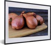 Foto in lijst - Een aantal sjalotten op een houten snijplank fotolijst zwart met witte passe-partout klein 40x30 cm - Poster in lijst (Wanddecoratie woonkamer / slaapkamer)