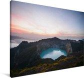 Zonsopgang bij de vulkaan Kelimutu in het nationaal park Kelimutu Canvas 140x90 cm - Foto print op Canvas schilderij (Wanddecoratie woonkamer / slaapkamer)