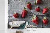 Fotobehang vinyl - Aardbeien op donkere houten tafel breedte 330 cm x hoogte 220 cm - Foto print op behang (in 7 formaten beschikbaar)