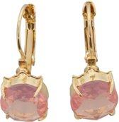 Gouden metalen oorbellen met een roze kristallen steen erin.