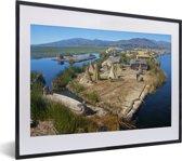 Foto in lijst - Huisjes op de Uroseilanden in Peru fotolijst zwart met witte passe-partout klein 40x30 cm - Poster in lijst (Wanddecoratie woonkamer / slaapkamer)