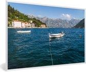 Foto in lijst - Baai van Kotor met bootjes die in het water dobberen fotolijst wit 60x40 cm - Poster in lijst (Wanddecoratie woonkamer / slaapkamer)