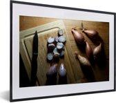 Foto in lijst - Sjalotten op een houten tafel fotolijst zwart met witte passe-partout klein 40x30 cm - Poster in lijst (Wanddecoratie woonkamer / slaapkamer)
