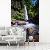 Fotobehang vinyl - Wilde waterval in het Nationaal park Gunung Rinjani in Indonesië breedte 175 cm x hoogte 260 cm - Foto print op behang (in 7 formaten beschikbaar)