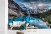 Fotobehang vinyl - Blauw meer in het Nationaal park Banff in Canada breedte 450 cm x hoogte 300 cm - Foto print op behang (in 7 formaten beschikbaar)