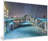 Foto in lijst - Nachtfoto van de brug in Frankfurt am Main fotolijst wit 60x40 cm - Poster in lijst (Wanddecoratie woonkamer / slaapkamer)