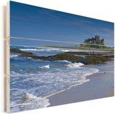 Het Kasteel Bamburgh en de mooi golvende zee Vurenhout met planken 90x60 cm - Foto print op Hout (Wanddecoratie)