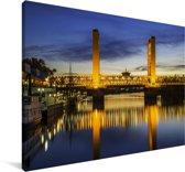 De Tower Bridge bij Sacramento in de Amerikaanse staat Californië Canvas 140x90 cm - Foto print op Canvas schilderij (Wanddecoratie woonkamer / slaapkamer)
