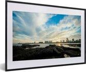 Foto in lijst - Zonsondergang achter de skyline van Montevideo in het zuiden van Uruguay fotolijst zwart met witte passe-partout 60x40 cm - Poster in lijst (Wanddecoratie woonkamer / slaapkamer)
