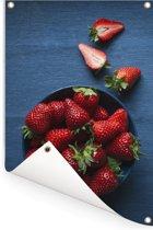 Een blauwe kom met aardbeien Tuinposter 60x90 cm - Tuindoek / Buitencanvas / Schilderijen voor buiten (tuin decoratie)