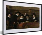 Foto in lijst - De staalmeesters - Schilderij van Rembrandt van Rijn fotolijst zwart met witte passe-partout 60x40 cm - Poster in lijst (Wanddecoratie woonkamer / slaapkamer)