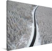Weg door het winterlandschap Canvas 80x60 cm - Foto print op Canvas schilderij (Wanddecoratie woonkamer / slaapkamer)
