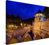 De Aziatische Tempel van de Tand in het donker Canvas 60x40 cm - Foto print op Canvas schilderij (Wanddecoratie woonkamer / slaapkamer)