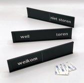 Schuifbordje Welkom - Niet storen. 255 mm x 57 mm. Bevestiging twee 3M dubbelzijdige stickers.