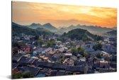 De oude stad van Guiyang in China met bergen Aluminium 180x120 cm - Foto print op Aluminium (metaal wanddecoratie) XXL / Groot formaat!