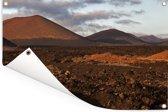 Avondlicht valt op het Spaanse Nationaal park Timanfaya Tuinposter 120x80 cm - Tuindoek / Buitencanvas / Schilderijen voor buiten (tuin decoratie)