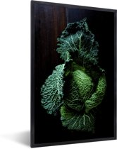 Foto in lijst - Donkergroene savooiekool tegen een donkere achtergrond fotolijst zwart 40x60 cm - Poster in lijst (Wanddecoratie woonkamer / slaapkamer)
