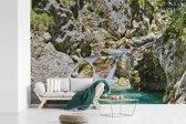 Fotobehang vinyl - Soca-rivier en de kalkstenen rotsen in het Nationaal park Triglav in Slovenië breedte 360 cm x hoogte 240 cm - Foto print op behang (in 7 formaten beschikbaar)
