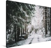 Winterlandschap midden in een bos Canvas 90x60 cm - Foto print op Canvas schilderij (Wanddecoratie woonkamer / slaapkamer)