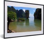 Foto in lijst - Groen water en groene natuur bij het Thaise Nationaal Park Ao Phang Nga fotolijst zwart met witte passe-partout klein 40x30 cm - Poster in lijst (Wanddecoratie woonkamer / slaapkamer)