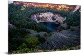 Donker kratermeer omringt door de bossen in het Nationaal Park Kelimutu Aluminium 90x60 cm - Foto print op Aluminium (metaal wanddecoratie)