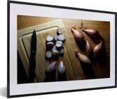 Foto in lijst - Sjalotten op een houten tafel fotolijst zwart met witte passe-partout 60x40 cm - Poster in lijst (Wanddecoratie woonkamer / slaapkamer)